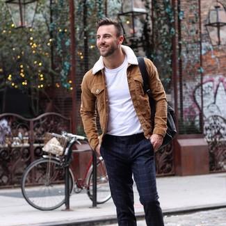 Comment porter: veste-chemise en daim marron, t-shirt à col rond blanc, pantalon de costume à carreaux bleu marine, sac à dos en cuir noir