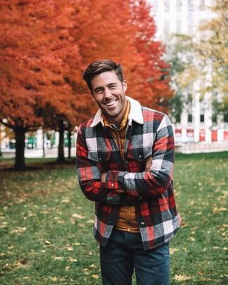 Comment porter: veste-chemise à carreaux multicolore, veste sans manches matelassée orange, chemise en jean bleu clair, pantalon chino bleu marine