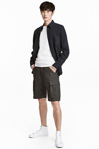 Comment porter: veste-chemise noire, pull à col rond blanc, short gris foncé, baskets montantes en cuir blanches