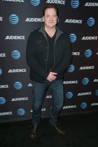 Comment porter: veste-chemise noire, t-shirt à col en v noir, jean bleu marine, bottines chelsea en cuir marron foncé