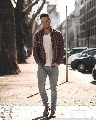 Comment porter: veste-chemise écossaise noire, t-shirt à col rond blanc, jean gris, bottines chelsea en daim marron