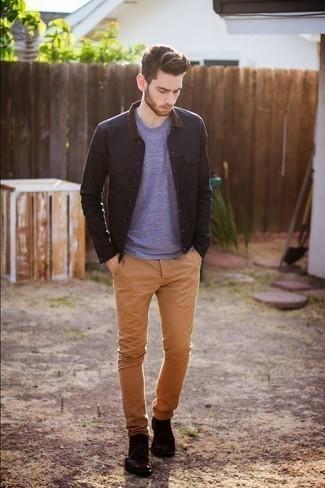 Comment porter un pantalon chino marron clair: Essaie de marier une veste-chemise noire avec un pantalon chino marron clair pour achever un look habillé mais pas trop. Cette tenue est parfait avec une paire de des bottines chukka en cuir bordeaux.