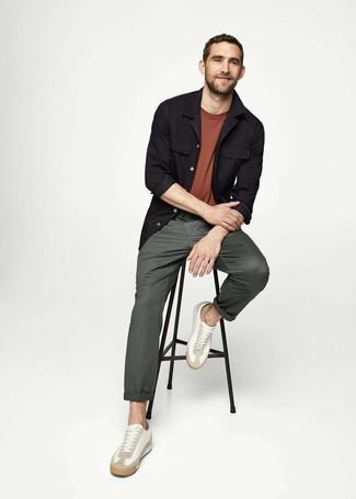 Comment porter: veste-chemise noire, t-shirt à col rond marron, pantalon chino vert foncé, baskets basses en cuir blanches