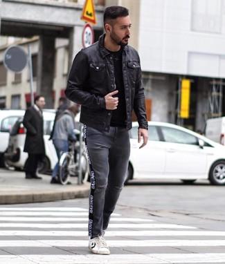 Comment porter: veste-chemise en cuir noire, t-shirt à col rond noir, jean déchiré gris foncé, baskets basses en cuir blanches et noires