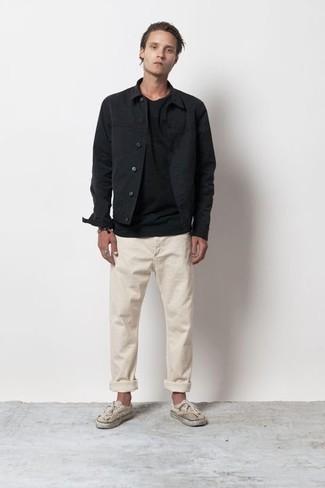 Tendances mode hommes: Pense à opter pour une veste-chemise noire et un pantalon chino beige si tu recherches un look stylé et soigné. Jouez la carte décontractée pour les chaussures et opte pour une paire de des baskets basses en toile marron clair.