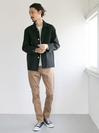 Comment porter des baskets basses en toile noires et blanches: Pense à opter pour une veste-chemise noire et un pantalon chino marron clair pour aller au bureau. Tu veux y aller doucement avec les chaussures? Fais d'une paire de des baskets basses en toile noires et blanches ton choix de souliers pour la journée.