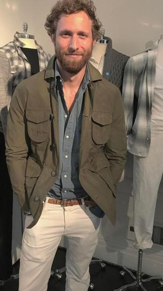 Comment porter: veste-chemise olive, chemise à manches longues grise, jean blanc, ceinture en cuir marron