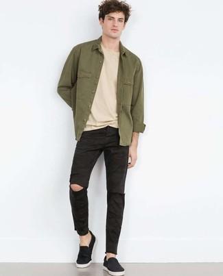 Comment porter: veste-chemise olive, t-shirt à col rond beige, jean déchiré noir, baskets à enfiler noires