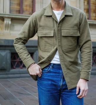 Comment porter une veste-chemise olive: Pour une tenue de tous les jours pleine de caractère et de personnalité marie une veste-chemise olive avec un jean bleu.