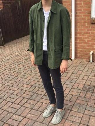 Comment porter un jean skinny gris foncé: Harmonise une veste-chemise olive avec un jean skinny gris foncé pour une tenue idéale le week-end. Si tu veux éviter un look trop formel, assortis cette tenue avec une paire de des chaussures de sport en toile grises.