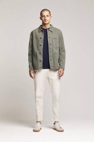 Comment porter une veste-chemise olive: Harmonise une veste-chemise olive avec un pantalon chino blanc pour aller au bureau. Une paire de des baskets basses en toile beiges apportera un joli contraste avec le reste du look.