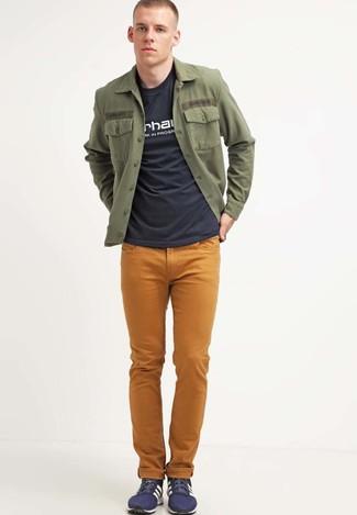 Comment porter: veste-chemise olive, t-shirt à col rond imprimé noir et blanc, jean moutarde, baskets basses bleu marine