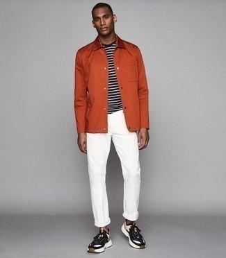 Comment porter un pantalon chino blanc: Associe une veste-chemise orange avec un pantalon chino blanc pour prendre un verre après le travail. Si tu veux éviter un look trop formel, opte pour une paire de des chaussures de sport multicolores.