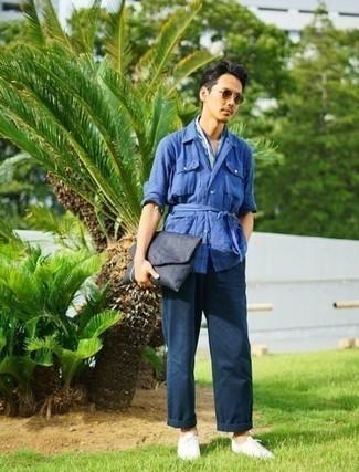 Comment porter une pochette en toile bleu marine: Essaie de marier une veste-chemise en lin bleue avec une pochette en toile bleu marine pour une tenue idéale le week-end. Apportez une touche d'élégance à votre tenue avec une paire de des baskets basses en toile blanches.