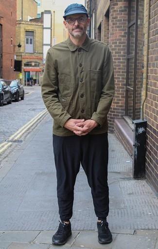 Comment porter une veste-chemise olive: Associe une veste-chemise olive avec un pantalon chino noir pour prendre un verre après le travail. Tu veux y aller doucement avec les chaussures? Fais d'une paire de des chaussures de sport noires ton choix de souliers pour la journée.