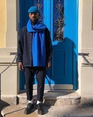 Tendances mode hommes: Porte une veste-chemise en laine bleu marine et un pantalon chino noir pour créer un look chic et décontracté. Termine ce look avec une paire de des chaussures derby en cuir épaisses noires pour afficher ton expertise vestimentaire.