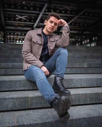 Comment porter des bottes de loisirs en cuir noires: Opte pour une veste-chemise marron avec un jean bleu pour obtenir un look relax mais stylé. Cette tenue est parfait avec une paire de des bottes de loisirs en cuir noires.