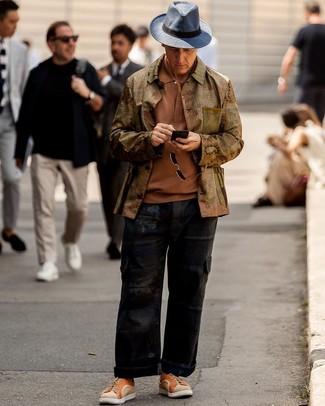 Comment porter: veste-chemise olive, polo tabac, pantalon cargo noir, baskets basses en toile orange