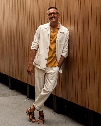 Comment porter: veste-chemise blanche, polo moutarde, pantalon chino blanc, sandales en cuir marron foncé