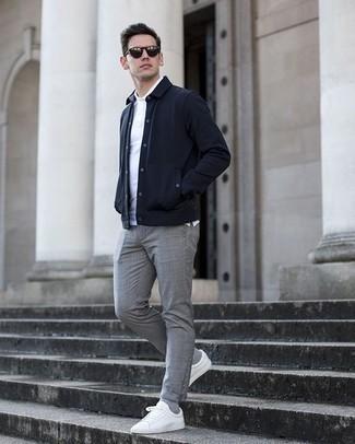 Comment porter des chaussettes grises: Choisis une veste-chemise bleu marine et des chaussettes grises pour une tenue idéale le week-end. D'une humeur audacieuse? Complète ta tenue avec une paire de des baskets basses en toile blanches.