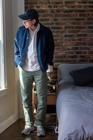 Comment porter une veste-chemise bleu marine: Choisis une veste-chemise bleu marine et un pantalon chino olive pour prendre un verre après le travail. Si tu veux éviter un look trop formel, fais d'une paire de chaussures de sport grises ton choix de souliers.