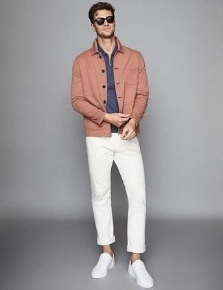 Comment s'habiller au printemps: Choisis une veste-chemise rose et un pantalon chino blanc pour un look idéal au travail. Décoince cette tenue avec une paire de baskets basses en toile blanches. Une très bonne idée de tenue pour le printemps.