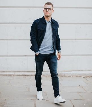 Comment porter: veste-chemise en daim bleu marine, pull à col polo bleu clair, jean skinny bleu marine, baskets basses blanches