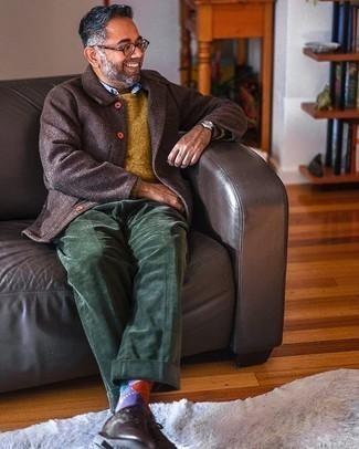 Comment porter des chaussettes à losanges violettes: Associe une veste-chemise en laine marron foncé avec des chaussettes à losanges violettes pour une tenue idéale le week-end. Jouez la carte classique pour les chaussures et opte pour une paire de chaussures derby en cuir marron foncé.