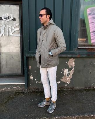 Tenue: Veste-chemise grise, Pull à col rond noir, Chemise à manches longues en chambray bleu clair, Jean blanc