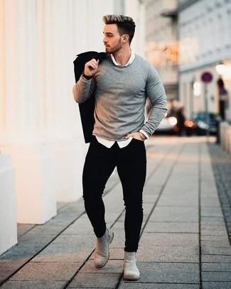 Comment porter un jean skinny noir: Associe une veste-chemise noire avec un jean skinny noir pour une tenue confortable aussi composée avec goût. Ajoute une paire de bottines chelsea en daim grises à ton look pour une amélioration instantanée de ton style.