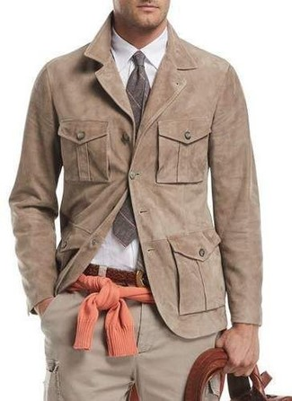 Comment porter: veste-chemise en daim marron clair, pull à col rond orange, chemise de ville blanche, pantalon cargo beige