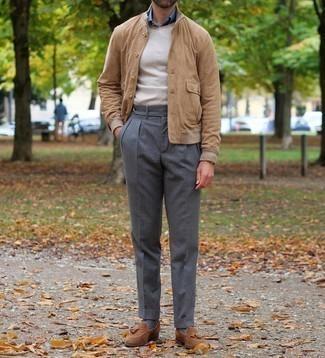 Comment porter un pull à col rond beige: Opte pour un pull à col rond beige avec un pantalon de costume gris foncé pour un look pointu et élégant. Termine ce look avec une paire de mocassins à pampilles en daim marron.