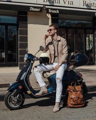 Comment porter: veste-chemise marron clair, pull à col rond beige, jean déchiré blanc, bottines chelsea en daim grises