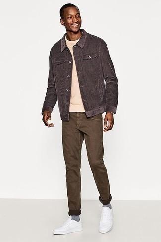 Comment porter une veste-chemise gris foncé: Opte pour une veste-chemise gris foncé avec un jean marron pour un déjeuner le dimanche entre amis. Pour les chaussures, fais un choix décontracté avec une paire de des baskets basses en cuir blanches.