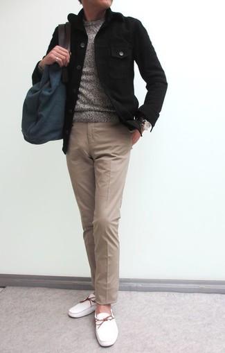 Ce combo d'un pull à col rond gris et d'un pantalon chino brun clair te permettra de garder un style propre et simple en dehors des horaires de bureau. Cette tenue est parfait avec une paire de des chaussures bateau en cuir blanches.