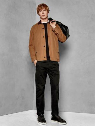 Comment porter: veste-chemise marron, pull à col rond noir, pantalon chino noir, baskets basses en cuir noires