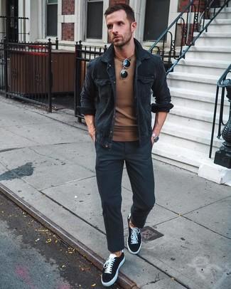 Comment porter: veste-chemise en velours côtelé noire, pull à col rond marron, pantalon chino noir, baskets basses en toile noires et blanches