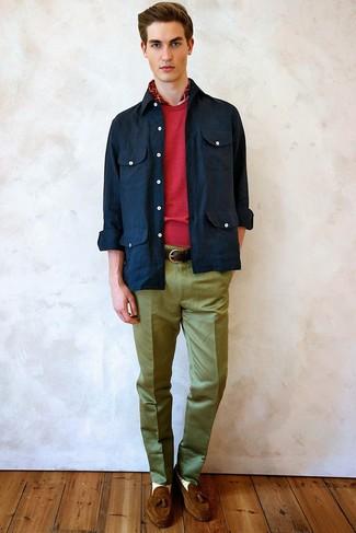 Comment porter: veste-chemise bleu marine, pull à col rond rouge, pantalon de costume olive, mocassins à pampilles en daim marron
