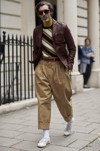 Comment porter: veste-chemise en cuir marron foncé, pull à col rond à rayures horizontales multicolore, pull à col roulé moutarde, pantalon chino marron clair
