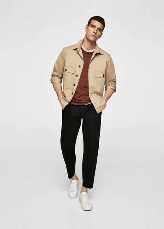 Comment porter: veste-chemise marron clair, pull à col rond marron, t-shirt à col rond blanc, pantalon chino noir