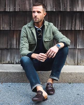 Comment porter: veste-chemise olive, pull à col rond noir, t-shirt à col rond blanc, jean bleu marine
