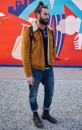 Comment porter des lunettes de soleil argentées: Opte pour une veste-chemise en daim tabac avec des lunettes de soleil argentées pour un look idéal le week-end. Jouez la carte classique pour les chaussures et fais d'une paire de des bottines chelsea en cuir noires ton choix de souliers.