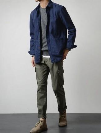 Comment porter des bottines chukka en daim marron: Essaie d'harmoniser une veste-chemise bleu marine avec un pantalon cargo olive pour un look de tous les jours facile à porter. Une paire de bottines chukka en daim marron s'intégrera de manière fluide à une grande variété de tenues.