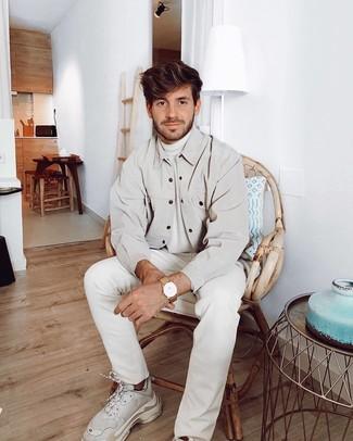 Comment porter: veste-chemise beige, pull à col roulé blanc, jean blanc, chaussures de sport blanches