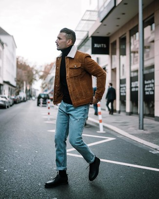 Comment porter: veste-chemise marron, pull à col roulé noir, jean déchiré bleu, chaussures derby en cuir noires