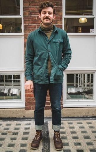 Comment porter des bottes de loisirs en cuir tabac: Porte une veste-chemise bleu canard et un jean bleu marine pour un look de tous les jours facile à porter. Une paire de des bottes de loisirs en cuir tabac est une option parfait pour complèter cette tenue.