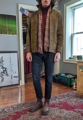 Comment s'habiller en automne: Essaie de marier une veste-chemise olive avec un jean bleu marine pour obtenir un look relax mais stylé. Jouez la carte classique pour les chaussures et opte pour une paire de des bottines chelsea en cuir marron. C'est un look idéal pour cet automne.