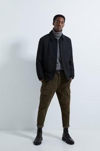 Comment porter des bottes de loisirs en cuir noires: Pense à associer une veste-chemise noire avec un pantalon cargo en velours côtelé olive pour un déjeuner le dimanche entre amis. Transforme-toi en bête de mode et fais d'une paire de bottes de loisirs en cuir noires ton choix de souliers.