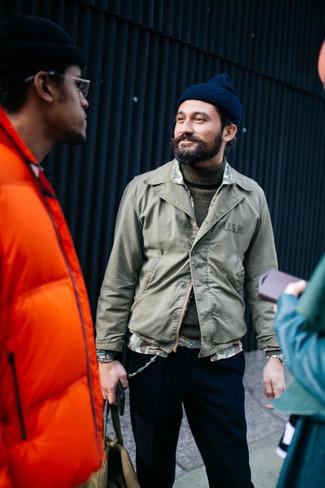 Comment porter: veste-chemise olive, pull à col roulé olive, pantalon chino noir, bonnet bleu marine