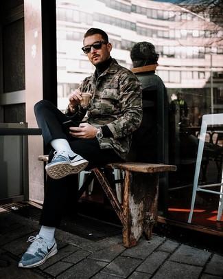 Comment porter: veste-chemise camouflage olive, pull à col roulé noir, pantalon chino noir, chaussures de sport grises